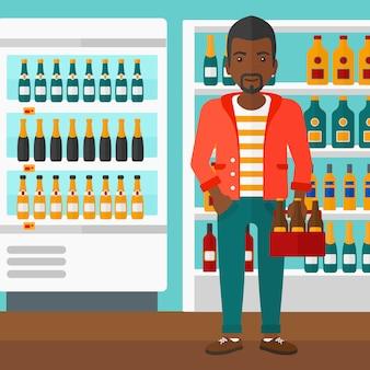 Uomo con confezione di birra
