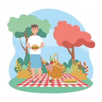 Uomo con hamburger e bottiglia di vino con sandwinch