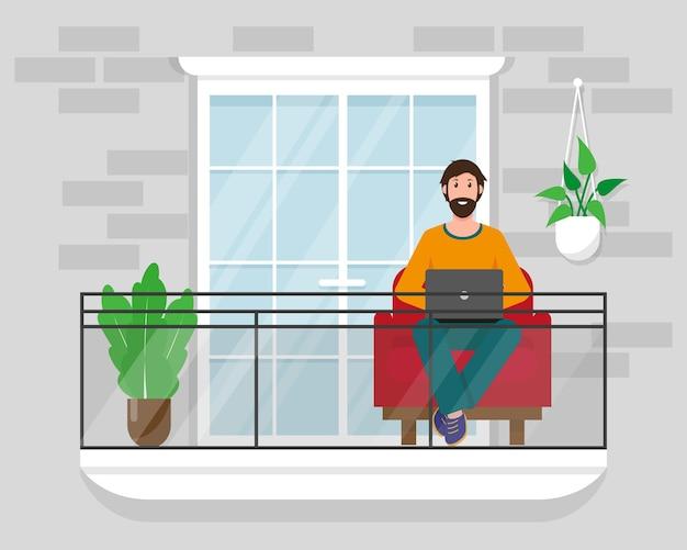 Uomo con il computer portatile sul balcone con sedia e piante. resta a casa, lavora online o lavora come freelance.