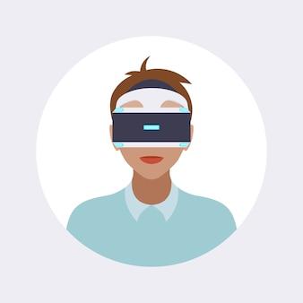 Uomo con le cuffie da realtà virtuale