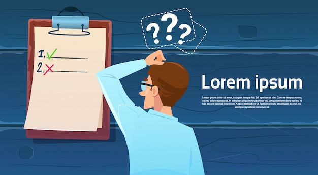 Uomo confuso di affari che sta indietro esaminando la lista di controllo il punto interrogativo pensa la soluzione di problema