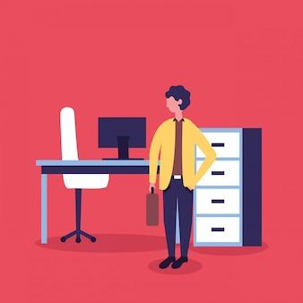 Uomo d'affari accanto alla sua scrivania