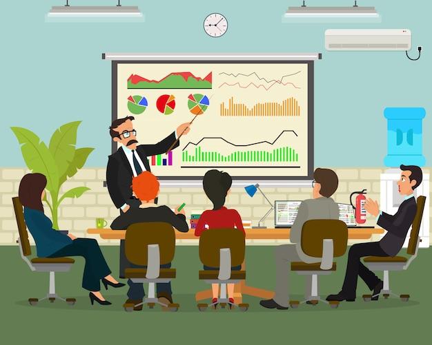 Uomo d'affari allegro che discute un nuovo progetto commerciale con i membri della sua squadra