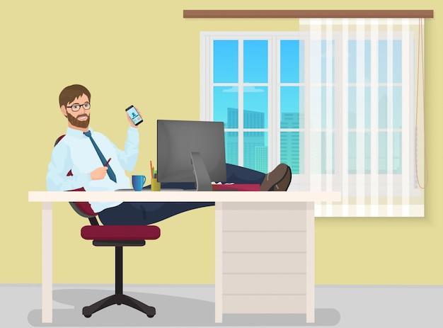 Uomo d'affari appoggiato sul posto di lavoro