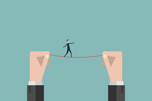 Uomo d'affari cammina su una corda tesa alta filo