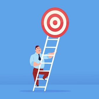Uomo d'affari che aumenta per mirare sopra il concetto di successo di affari delle scale sullo spazio piano della copia del fondo blu
