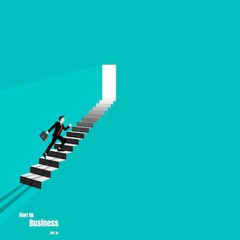 Uomo d'affari che cammina sulla scalinata fino alla porta