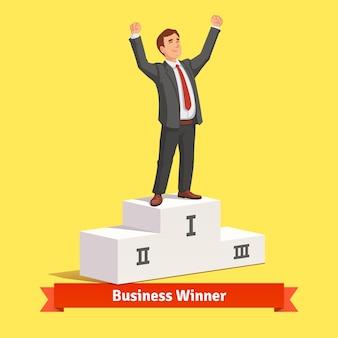 Uomo d'affari che celebra la sua vittoria nel primo posto