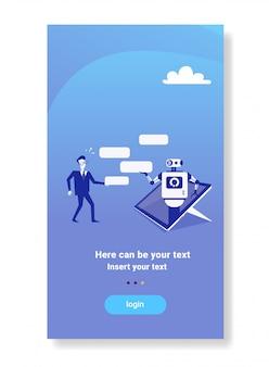 Uomo d'affari che chiacchiera con il concetto moderno del supporto tecnico di applicazione del dispositivo mobile del robot del chatbot