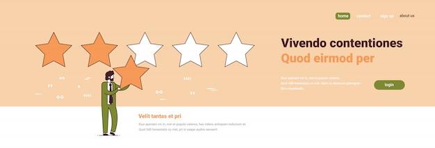 Uomo d'affari che dà feedback di qualità concetto di soddisfazione del cliente tre stelle valutazione personaggio dei cartoni animati maschio integrale