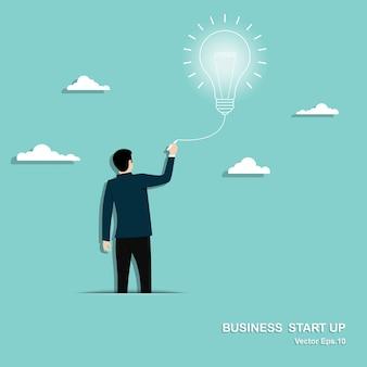 Uomo d'affari che disegna grande lampadina