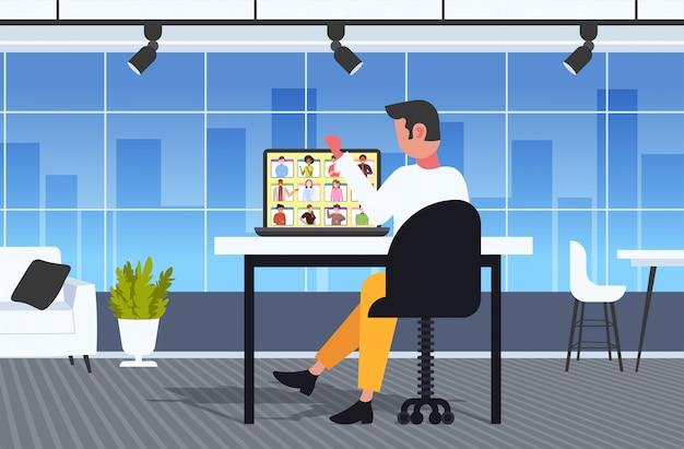 Uomo d'affari che ha briefing o consultazione in linea durante la videochiamata concetto di isolamento quarantena lavoro remoto. uomo d'affari usilng laptop al posto di lavoro ufficio interno figura intera illustrazione