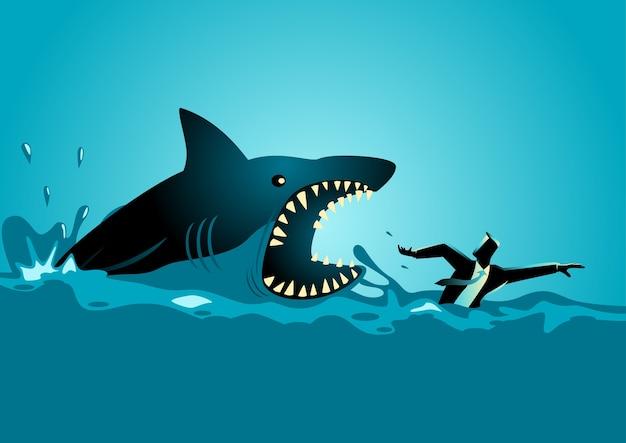 Uomo d'affari che nuota panicly evitando gli attacchi di squalo