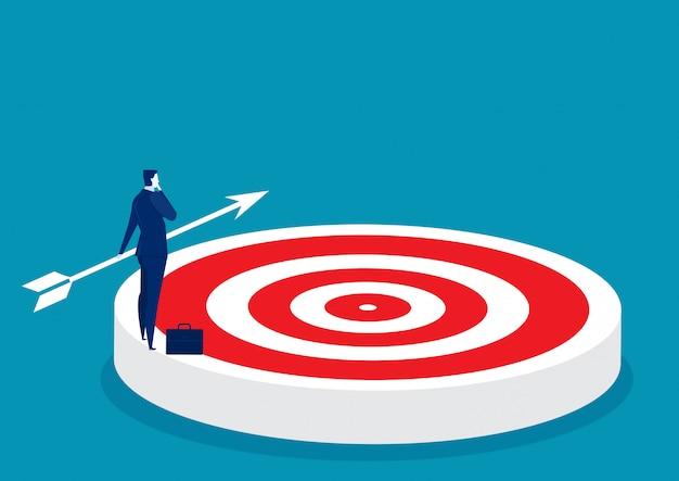 Uomo d'affari che pensa sul grande obiettivo al concetto di affari di scopo di scopo e successo
