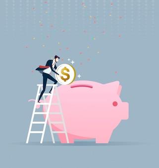 Uomo d'affari che scala su una scala e che mette soldi in un grande porcellino salvadanaio