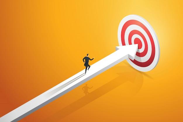 Uomo d'affari che scorre veloce sulla freccia verso l'obiettivo e il successo dell'obiettivo. illustrazione del concetto aziendale