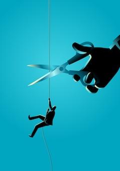 Uomo d'affari che si arrampica sulla corda che è tagliata con le forbici