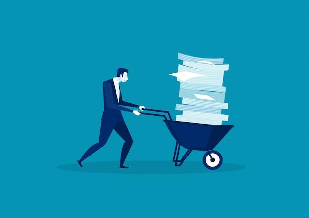 Uomo d'affari che spinge una carriola piena di carta