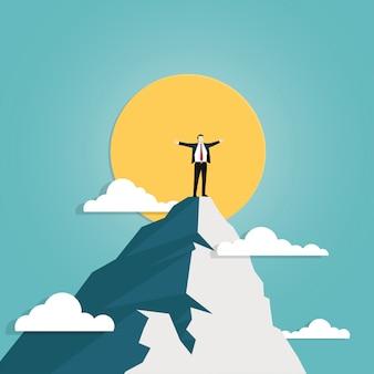 Uomo d'affari che sta sopra la montagna