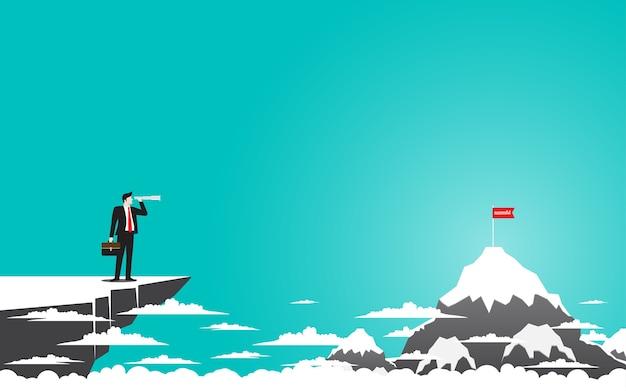 Uomo d'affari che sta sopra la scogliera della montagna facendo uso del binocolo che cerca successo.