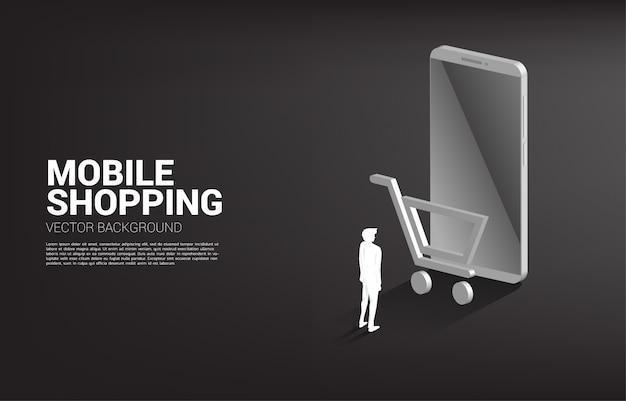Uomo d'affari con il telefono cellulare e l'icona del carrello. concetto di shopping mobile e marketing e-commerce.