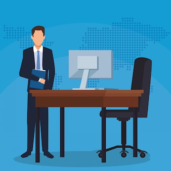 Uomo d'affari con l'ufficio della sedia del computer dello scrittorio della cartella