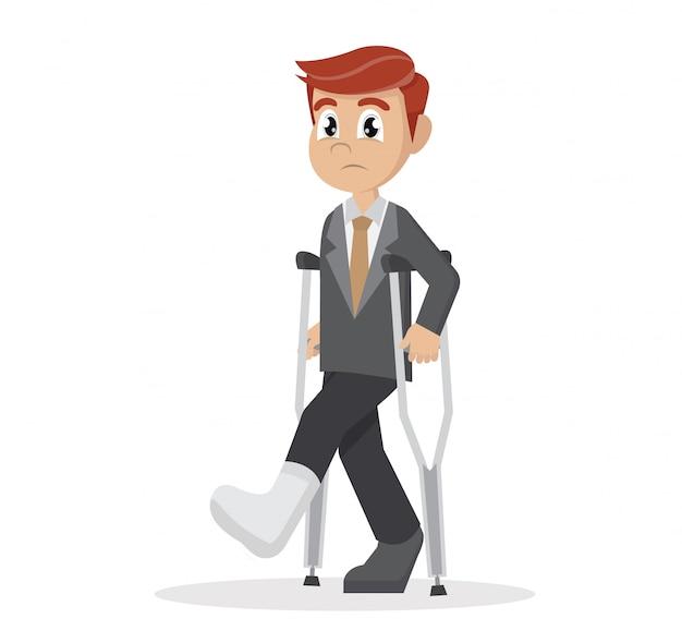 Uomo d'affari con le stampelle e un cerotto sulla gamba.