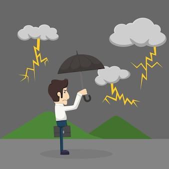 Uomo d'affari con ombrello in piedi sotto la pioggia