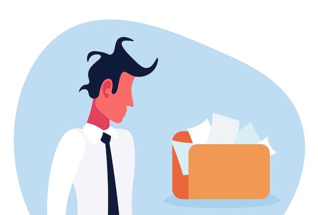 Uomo d'affari confuso che esamina la cartella documenti