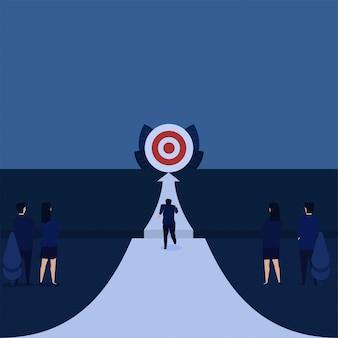 Uomo d'affari correre verso l'obiettivo con gap sulla metafora anteriore prendendo il rischio.