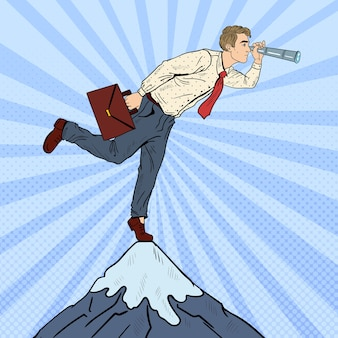 Uomo d'affari di pop art con telescopio sulla cima della montagna. visione aziendale.