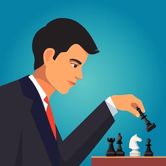 Uomo d'affari fiducioso che gioca uno scacchi