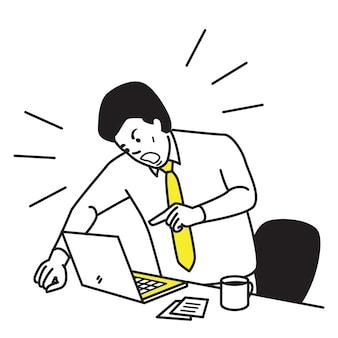 Uomo d'affari frustrato e furioso gridando e urlando laptop schermo sulla sua scrivania di lavoro.