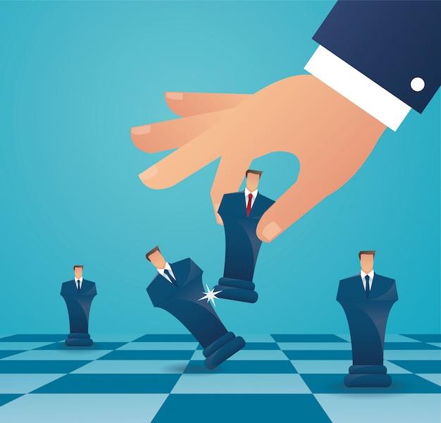 Uomo d'affari gioca la figura di scacchi