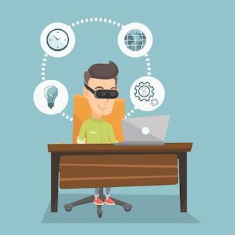 Uomo d'affari in cuffia avricolare del vr che lavora al computer.