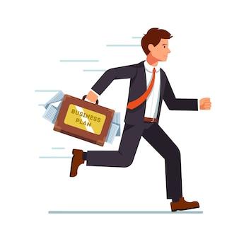 Uomo d'affari in esecuzione con il piano aziendale in valigia