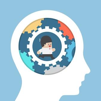 Uomo d'affari in esecuzione in marcia dentro la testa, migliorare l'idea e il concetto di intelligenza