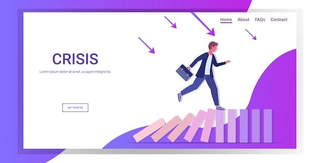 Uomo d'affari in esecuzione su domino che cadono risolvendo il problema effetto domino crisi gestione catena reazione finanziamento intervento landing page