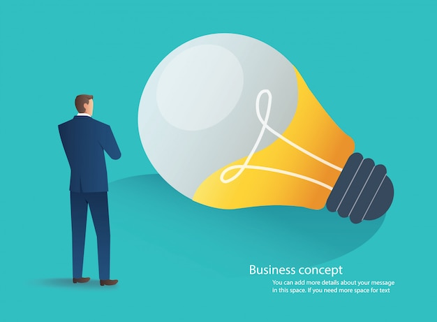 Uomo d'affari in piedi con il concetto di idea di lampadina