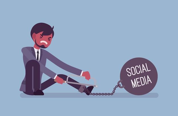 Uomo d'affari incatenato con un peso metallico social media, segatura