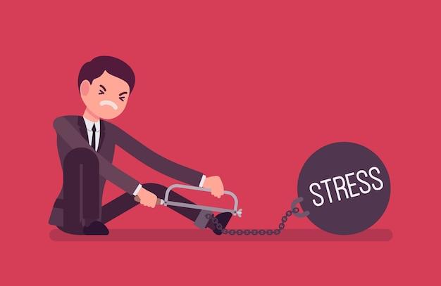Uomo d'affari incatenato con uno stress da peso metallico, segando