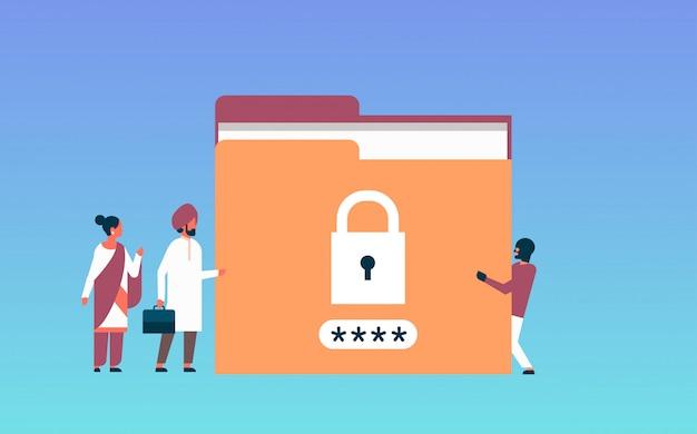 Uomo d'affari indiano con il concetto di dati sensibili di protezione della cartella della password del lucchetto del pirata informatico