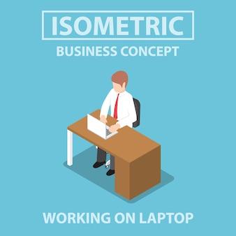 Uomo d'affari isometrico che lavora al computer portatile alla sua scrivania