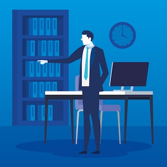 Uomo d'affari nel posto di lavoro con scrivania e computer
