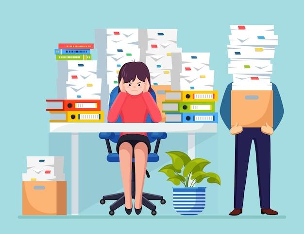 Uomo d'affari occupato con pila di documenti in cartone, scatola di cartone. donna di affari che lavora alla scrivania. interiore dell'ufficio con computer, laptop, caffè. documenti. concetto di burocrazia.
