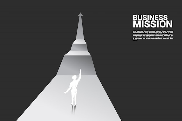 Uomo d'affari punto fino al prossimo passo del grafico di crescita.