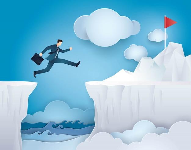 Uomo d'affari saltare oltre tra cliff gap mountain