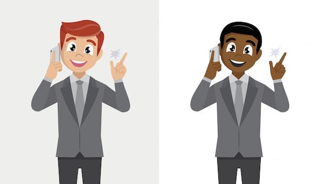 Uomo d'affari sicuro felice che parla sullo smartphone e che gesturing mano alla nuova idea.