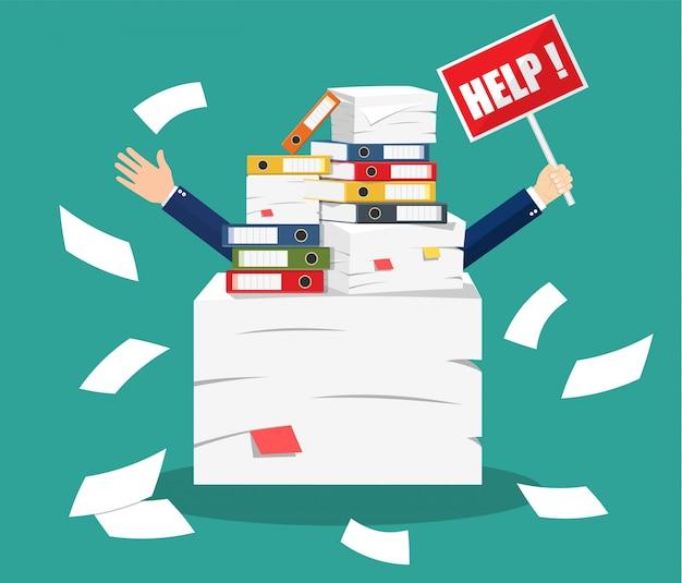 Uomo d'affari sollecitato sotto il mucchio dei documenti dell'ufficio