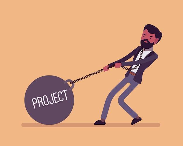 Uomo d'affari trascinando un progetto di peso sulla catena